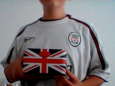 REIMS - JEANNE D'ARC .  Sur ma photo, je porte le maillot de football de l'équipe de Liverpool et un radio-réveil avec le drapeau de Grande Bretagne.