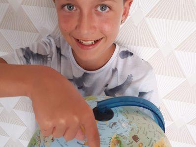 Malinge Ruben collège Jain Hay à Marennes 17320. J'ai pensé prendre une photo avec le Globe pour permettre de situer l'Angleterre par rapport à la France. Merci, Ruben.