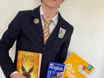Ville : LA VILLE DU BOIS  Collège : Institut du Sacré Cœur  Tenue traditionnelle des étudiants anglais avec manuels, littérature Anglaise et livre Sterling pour un Fish and Chips.