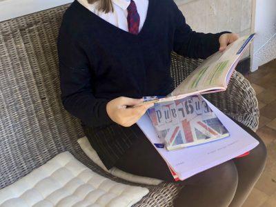 Paris, Collège Massillon  Aujourd'hui je me suis transformée en élève d'une middle school anglaise. J'ai adopté leur uniforme, et je suis fan de la cravate.