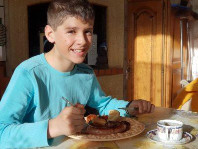 collège : Collège Jean Paul Laurens ville : Ayguesvives Photo de Paul Castel Escobedo  breakfast (petit dejeuner anglais) composé de: saucisse, pain griller, œufs brouillés, tomates, cœurs de canards,haricots et une tasse de thé.... mon petit déj à 8h du mat m'a bien calé!!!
