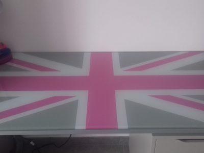 Collège Barbara Hendricks à Orange (84100)  Le drapeau de l'Angleterre avec la couleur Rose représenté sur mon bureau !!!