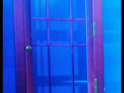 ville : Saint Symphorien d'Ozon nom : collège Jaques Prévert  Ma photo représente une cabine téléphonique du jeu Fortnite : jeu vidéo. Cette cabine fait penser a celle en Angleterre c'est pour cela que j'ai penser a ca.