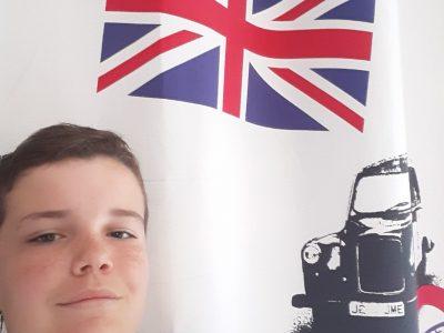 Je suis élève au Collège Victor Hugo à Chartres et je suis en 4ème Curie. J'espère que je vais gagner la caméra sportive avec ma photo évoquant l'anglais avec le drapeau du Royaume-Uni et je suis fier d'avoir des profs d'anglais supers qui nous offre des cadeaux pour un simple concours.Je vous remercice et Enrevoir.