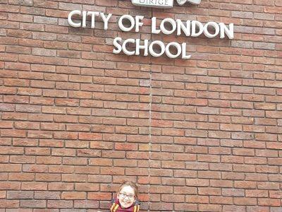Dieulouard Collège Joliot Curie J'ai pris cette photo devant l'université de Londres pendant mon voyage à Londres. Je suis une grande fan de Harry Potter, c'est pour ça que je porte ces habits. J'ai choisi cette photo car elle me rappelle mon voyage.                   Bonne journée  Evane Kasprowski Elève de 6°