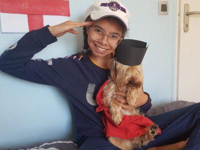 Châteauroux Collège Léon 13 je me suis dit pourquoi pas mon chien un garde royale. A la maison dès que quelqu'un entre dans la maison mon chien aboie alors voilà ou est venue mon idée.Et comme la Reine d'Angleterre n'habite pas chez moi alors mon chien me protège.