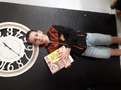 Je suis élève au Collège Le Petit Prétan en classe de 6e dans la ville de Givry. Le livre que je tiens entre mes mains est un livre que j'ai emprunté au CDI du collège