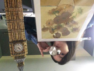 Varces Allieres et Risset  Collège Jules Verne   Sur cette photo , le tableau qui est exposé à Londres ; la tasse pour boire le thé avec la reine et le big ben monument emblématique de Londres.