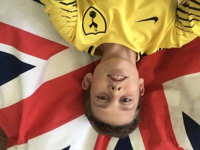 CASSIS Collège des Gorguettes  Commentaire : je suis sur mon pouf avec le maillot de foot de Tottenham