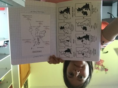 Novalaise.Collège de l'épine .  Je vous envoie une photo de moi avec une page de mon cahier d'anglais.