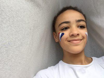La MADELEINE,St Jean   Bonjour Mme Baës. Pour prendre ma photo j'ai mis du rouge, du blanc et du bleu car ce sont les couleurs du drapeau anglais.