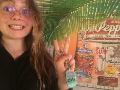 Collège du haut LAVEDAN PIERREFITTE-NESTALAS.  J'ai pris ma photo avec un fond et un porte clef qui vient d'Angleterre mon tonton me les as ramené lors de son voyage là bas. J'ai adoré votre concours merci et à l'année prochaine!!!!!