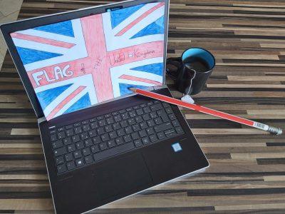 Le Cannet, collège Emile roux J'ai dessiné le drapeau du Royaume-Unis, le crayon qui est sur le clavier vient d'Angleterre avec le drapeau du Royaume-Unis et j'ai placé une tasse de thé, typiquement Anglais, je suis désolé si je ne suis pas sur la photo. Milan Maschio 6°3