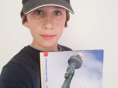Sainte Adresse, Collège de la Hève voici une photo avec un livre sur les Etats Unis et une casquette Rolls Royce.