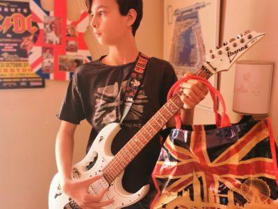 Marseille , Cours Bastide   Voici moi avec ma vraie  guitare électrique (référence aux Rock Anglais comme les Beatles d'Angleterre mais aussi du Rock américains comme Green Day )  , un sac à dos de Londres et mon T-shirt de l'Angleterre.