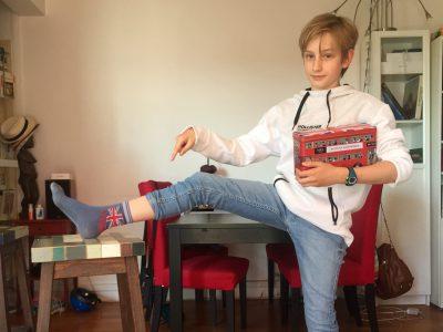 """Montrouge, collège Robert Doisneau, Achille Lethiais  Moi, confiné dans mon salon avec mes chaussettes """"LONDON"""" et ma boîte de """"british cakes""""."""