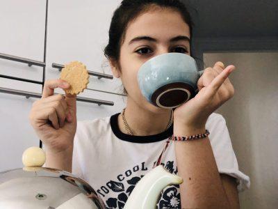 Je vais au collège Institut de La Tour à Paris.  Voici ma photo qui évoque le thé anglais accompagne d'un biscuit. Inès Etemad
