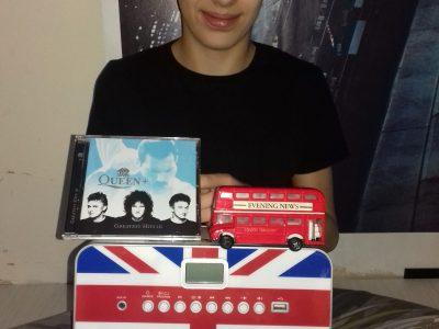 """Collège Arc en Ciers aux Avenières.  Je suis un véritable fan du groupe Queen , j'ai une grande partie de leurs albums !!. Nous avons étudié en cours le drapeau """"Union Jake"""" qui est sur mon poste radio (où il est noté le nom du groupe """"Muse"""" que j'aime aussi). Je rêve un jour d'aller sur le Queen Mary. Le bus anglais est pour moi un symbole de Londres comme la tour Eiffel pour Paris."""