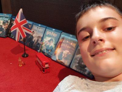 Collège Clément Jannequin Avrillé (49)  Voici ma photo avec ce qui m'évoque l'Anglais Les objets sont des souvenirs de mes voyages en Angleterre