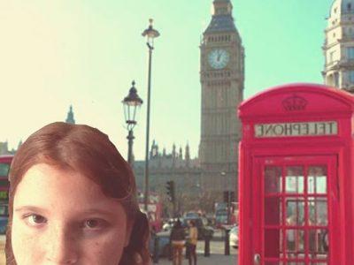 Sainte-Suzanne, collège quartier français. Moi a coté d'une cabine téléphonique typique de london et Big-Ben en arrière plan.