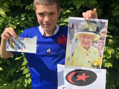Plaisir Guillaume Apollinaire  J'ai choisi la Reine Élisabeth 2 car elle symbolise l'Angleterre et est très appréciée par les Anglais. Le rugby provient de William Webb Ellis inventeur de ce jeu magnifique. Les Saracens est une équipe de rugby très forte et j'ai mis la place de rugby qui est une place du Twickenham Stadium.