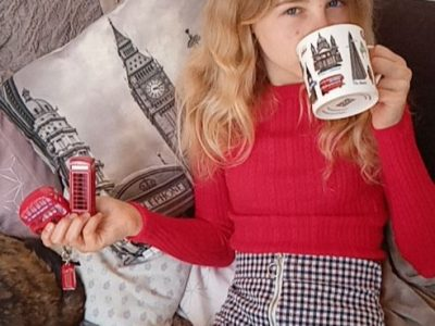 """ville : Dol de Bretagne, collège : Saint-Magloire. commentaire : """"It's tea time for Lou-ANN!!"""""""