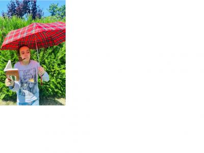 Ingersheim, Collège Lazare Schwendi Cette photo pour moi est symbolique de l 'Angleterre car le livre d'Agatha Christie est d'origine anglaise, le parapluie m'évoque le temps pluvieux et la pipe est une référence au célèbre détective Sherlock Holmes.