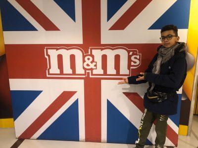 Ville :Cauffry Nom du collège: Collège Simone Veil. Ceci est une photo de moi a Londres,au magasin M&Ms.ù J'aimerais vraiment gagner cette caméra.