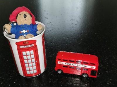 MARCQ-EN-BAROEUL MARCQ INSTITUTION  Paddington attend sagement le bus dans une cabine téléphonique.