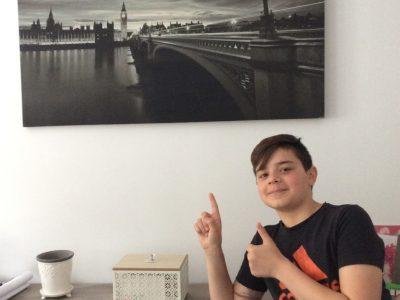 Je suis au collège Gayant de Douai frais-marais, la photo a était prise dans mon salon où je possède un très beau cadre de Londres une de mes ville favorite