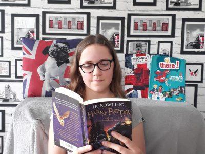 22510 Moncontour de Bretagne Collège François-Lorant  Voici ma photo du Big challenge j'ai mie sur ma photo un livre d'Harry Potter en anglais, mon manuel d'anglais , un cadre en rapport avec l'Angleterre et quelques d'autres objets en rapport avec l'anglais. Ambre Marquer 6B