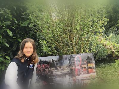 WOIPPY collège pierre mendes france  ma photo comporte 2 élément anglais  un cadre qui représente LONDRE et un gilet de l'universitée d'OXFORD ramener de là bas par ma grande soeur
