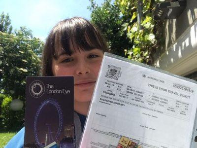 Pringy- Collège la Salle Pringy.  Voici ma photo avec mon billet d'avion de Londres et le ticket pour aller dans le London Eye.  Bonne journée à tous et prenez soin de vos proches !