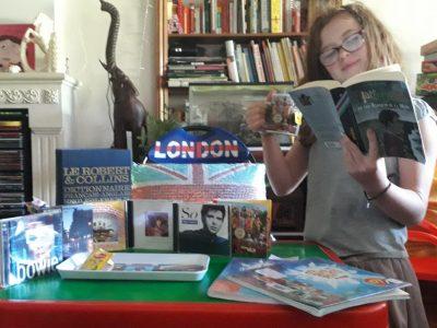 je bois du thé en lisent mon livre Harry Potter je contemple ma collection de CD et j'apprent l'anglais.  la Rochefoucauld Collège Jean Rostand