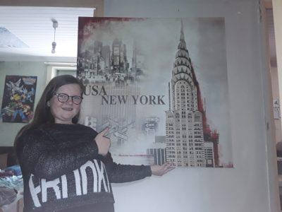 Moncontour Collège François Lorant Photo de moi avec notre cadre USA New York Nous avons aussi 5 pouf d'Angleterre mais nous ne pouvons mettre que une photo