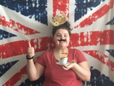Cette photo vient de Beaune la Rolande et je suis Cauline NOISELET qui a participer au Big challenge 2020. Je suis au collège Frédéric Bazille de Beaune la Rolande sur cette photo j'ai représenter plusieurs cliché qui caractérise l'Angleterre et je me suis beaucoup amuser a prendre cette photo. J'espère que ma photo vous plaira et vous feras rire comme moi j'ai rigoler en la faisant.