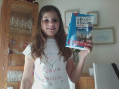 Dijon Collège André Malraux  Je vous envoie cette photo avec un t-shirt que j ai personnalisé , en mettant I LOVE ENGLISH et mon dictionnaire d'anglais .