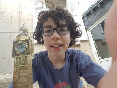 J'habite à Soissons et je suis au collège St Paul  Je prend ma photo avec un souvenir de Londres :-)