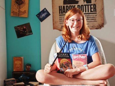 """Gif-sur-Yvette, Collège des Goussons  J'adore la culture anglaise, c'est fascinant et très attirant. Mais avec Big Ben, Buckingham Palace, British Museum, Hyde Park et tout le reste, comment oublier Harry Potter et J.K. Rowling ? Pour certain c'est très simple, mais pour moi c'est impossible ! J'aime trop Harry Potter. Si quelqu'un un jour me posait la question """"Quel est le chef d'oeuvre anglais qui vous plait le plus ?"""" je répondrais immédiatement """"Harry Potter de J.K. Rowling"""". Cela peut paraître étrange de préférer Harry Potter, avec tout ce qu'il y a comme choix, mais pour moi Harry Potter est un chef d'oeuvre qui dépasse l'extraordinaire. Oui, pour moi la chose qui me  fait le plus penser à l'anglais : c'est Harry Potter. J'ai été ravie de participer au concours et de faire des progrès en anglais tout au long de cette année quand même un peu spéciale.  Charlotte Langohr"""