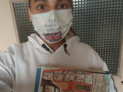 Pont sur Yonne.   Collège Restif de la Bretonne.  Masque customisé : the United Kingdom. + vue sur le livre: Le tour du monde de Paddington.