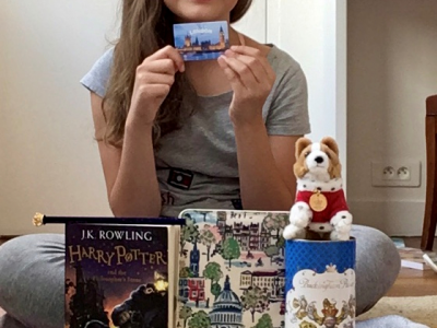 """It's a picture of me with different symbols of England and London: a corgi plush, a box of Buckingham Palace cakes, a Buckingham Palace pencil, a wallet with different monuments of London and the book:""""Harry Potter and the philosopher's stone"""".  Sainte Elisabeth Paris"""
