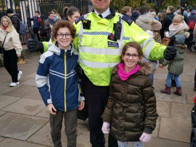 Paris collège pierre de RONSARD  photo avec un policier londonien devant les portes de Buckingham palace