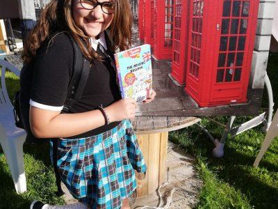 St-Aubin collège Laurent Monnier  En commentaire: Une écolière qui va à l'école