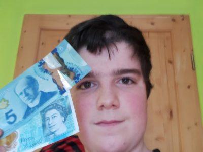 Collège Robert Aubry de Ligny-en-Barrois  Voici mon selfie pour le concours Big Challenge avec mes billets de 5 en livres sterling mais aussi en dollars canadien (tous deux venant de leur pays d'origine évidemment). J'espère que vous voterez pour moi et que je gagnerai ce concours haut la main grâce au pouvoir de l'argent (si durement acquis).