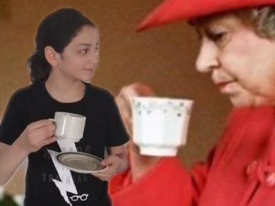 DIJON--Collège HENRY DUNANT Je passe un incroyable moment avec la reine Elisabeth ll  :-) HAHAHA ! En plus le thé est succulent !