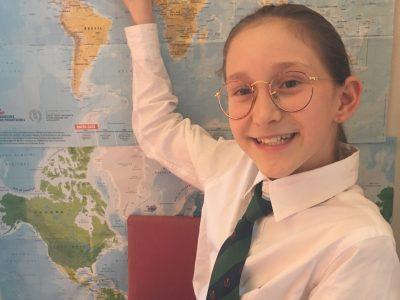 Ville : TOULOUSE   nom du college : Emilie de Rodat Bonjour, Une petite photo de moi  à la maison,en pleine séance d'anglais. POISSON  Louise 6°