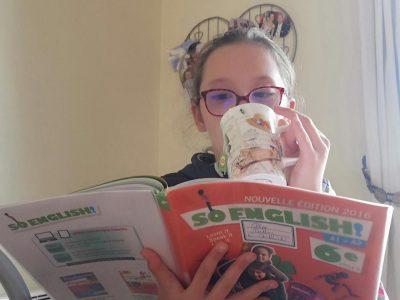 """CHARTES ,collège Victor Hugo   Quelle plaisir de boire son """"tea"""" en regardant un magasine d'anglais !!"""