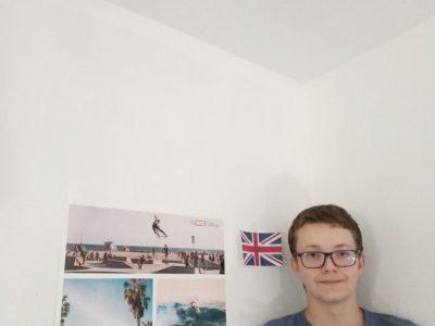 collège remy faesch thann voici une photo de moi avec le postère de l'ancien big challenge