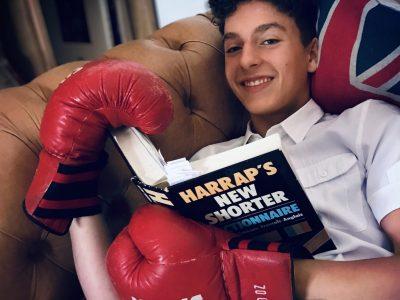 Mandres-sur-vair college Frassati les gants c est pour la boxe anglaise et le canape c est un chesterfield (marque anglaise)