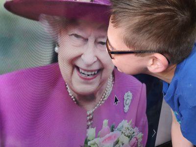 j'habite sur Reims et je suis au collège Robert Shumann en 6 eme E  Ma photo avec la reine d'Angleterre et symbolique je lui fait un bisous comme j'embrasserais ma
